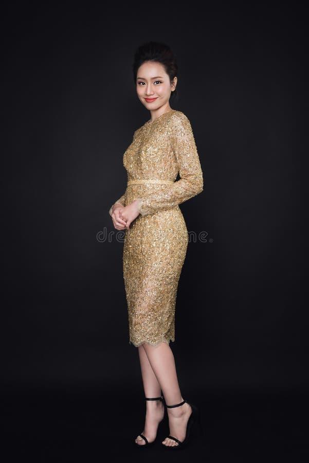 Ritratto integrale della giovane donna attraente felice che posa gallo immagine stock libera da diritti