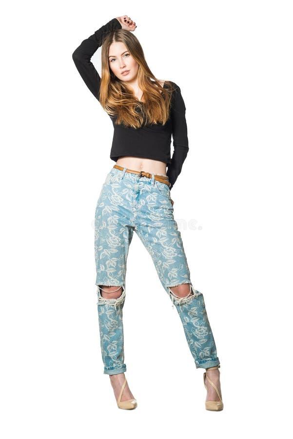 Ritratto integrale di bella donna in blue jeans e camicia nera immagini stock libere da diritti