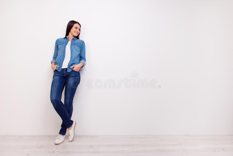 Ritratto integrale di bella donna sorridente che si tiene per mano dentro fotografie stock libere da diritti