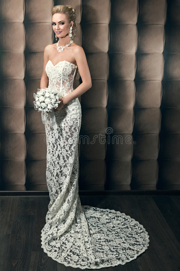 Ritratto integrale di bello mazzo della tenuta della sposa immagini stock libere da diritti