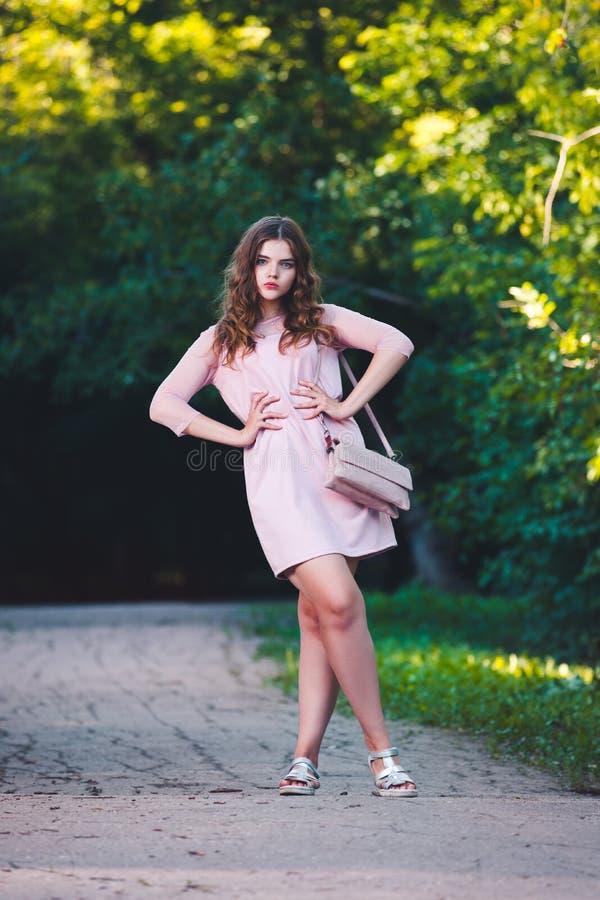 9e24bfb3cc Ritratto Di Giovane Bella Ragazza In Vestito Rosa Lungo Fotografia ...