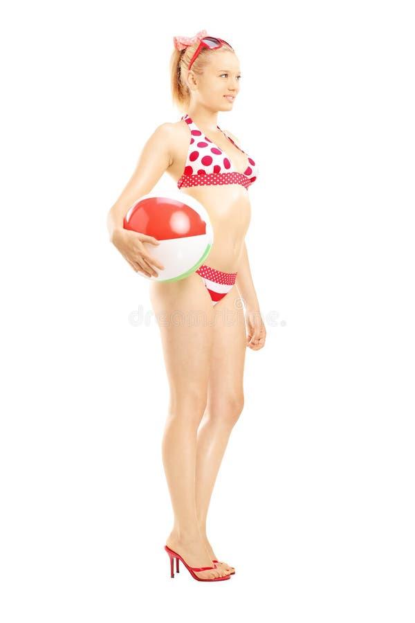 Ritratto integrale di giovane femmina in bikini che tiene una spiaggia b immagini stock libere da diritti
