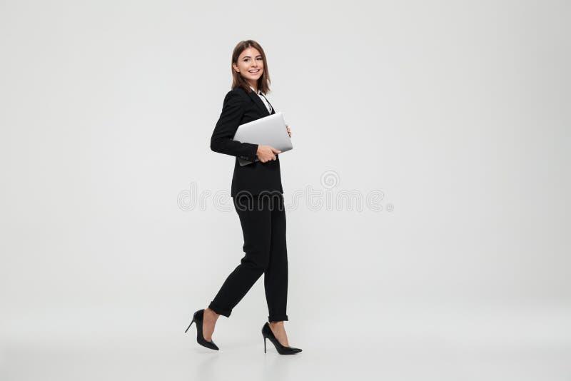 Ritratto integrale di giovane riuscita donna di affari fotografia stock