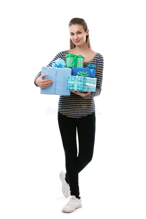 Ritratto integrale di giovani contenitori di regalo della tenuta della donna di beautifu immagine stock