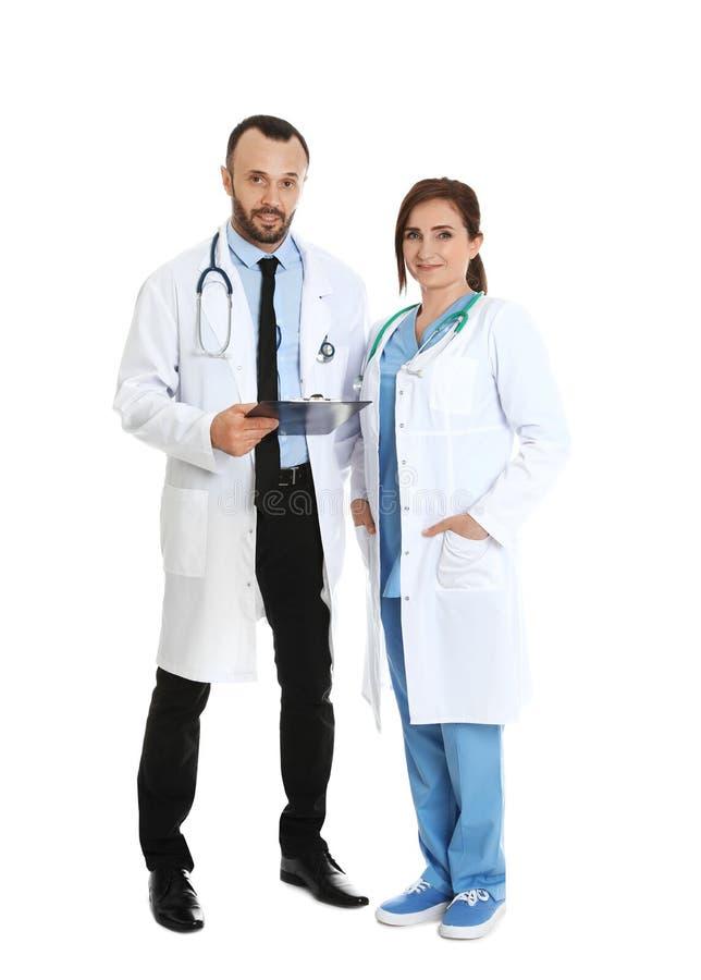 Ritratto integrale di medici con la lavagna per appunti Personale medico immagini stock libere da diritti