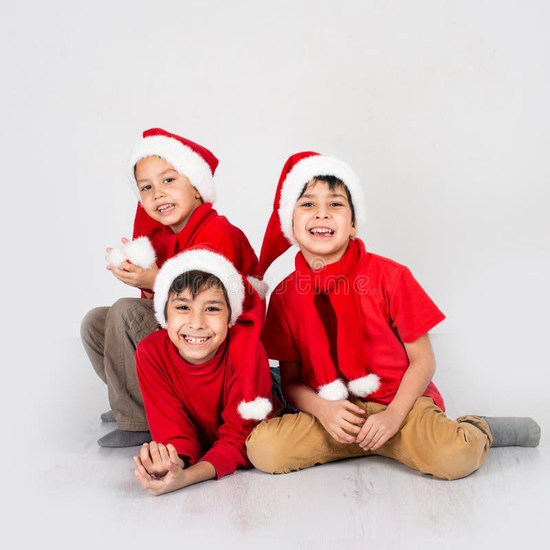 Ritratto integrale di piccoli tre ragazzi che portano camicia rossa fotografia stock libera da diritti