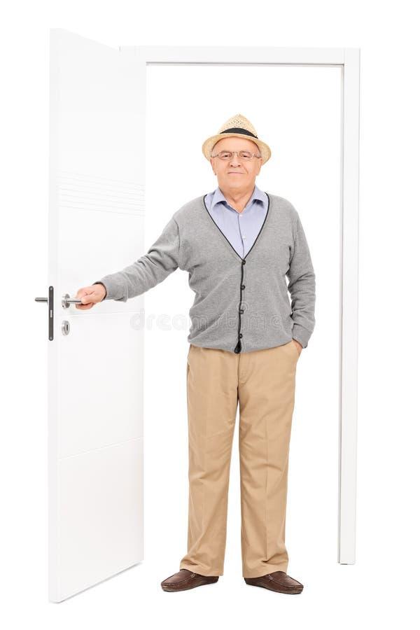 Ritratto integrale di un anziano che entra in una stanza immagine stock
