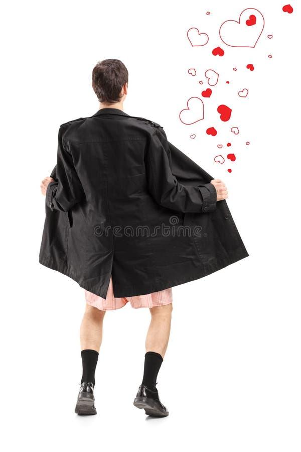 Ritratto integrale di un lampeggiatore in un cappotto e cuori intorno alla h immagine stock libera da diritti