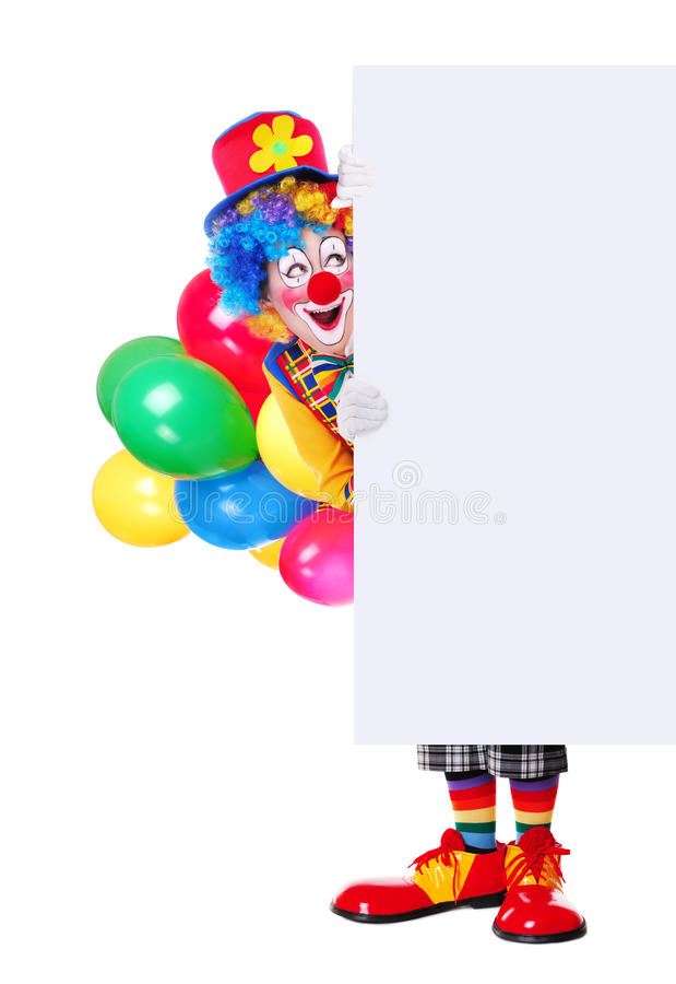Ritratto integrale di un pagliaccio di compleanno che tiene il bordo in bianco immagine stock