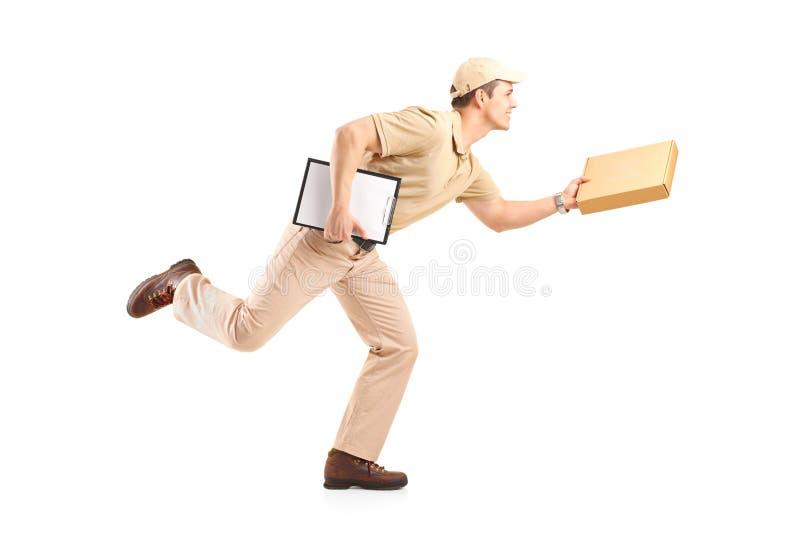 Ritratto integrale di un ragazzo di consegna in fretta e furia che consegna un PA fotografie stock libere da diritti
