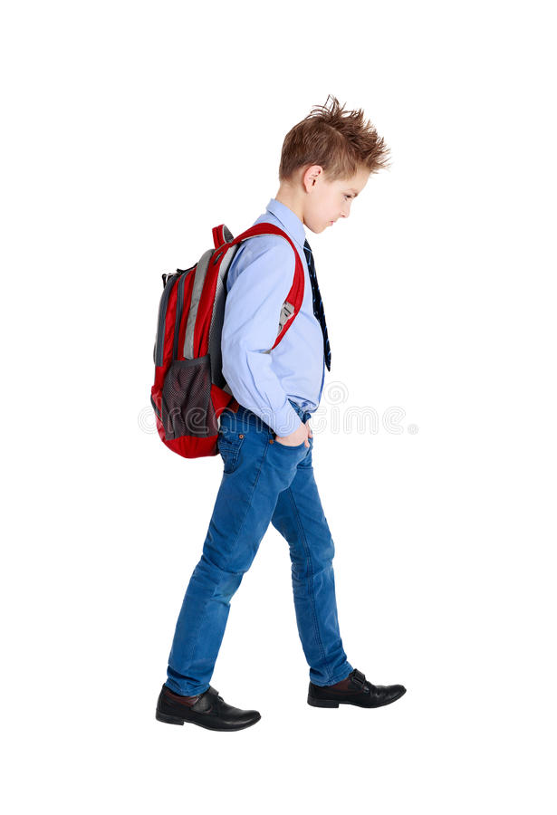 Ritratto integrale di un ragazzo di scuola triste che cammina, isolato su wh immagini stock libere da diritti