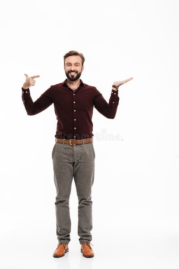 Ritratto integrale di un uomo felice sicuro che indica dito immagini stock libere da diritti