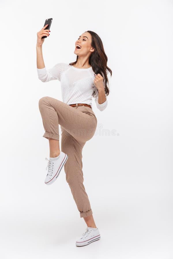Ritratto integrale di una donna di affari asiatica felice che celebra fotografia stock libera da diritti