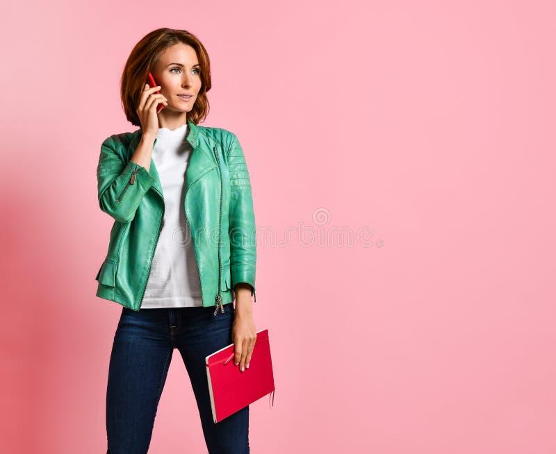 Ritratto integrale di una giovane donna felice che parla sul telefono fotografia stock libera da diritti