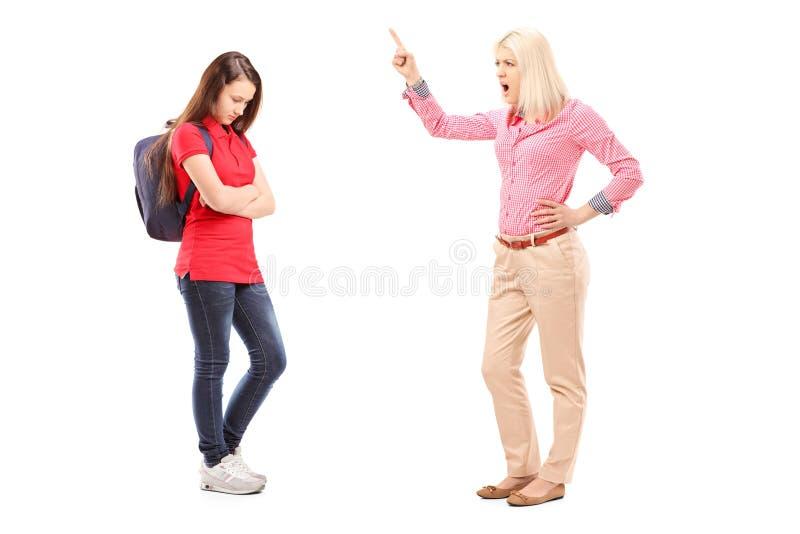 Ritratto integrale di una madre arrabbiata che grida a sua figlia immagini stock libere da diritti