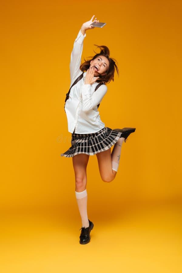 Ritratto integrale di una scolara adolescente felice in uniforme fotografia stock libera da diritti