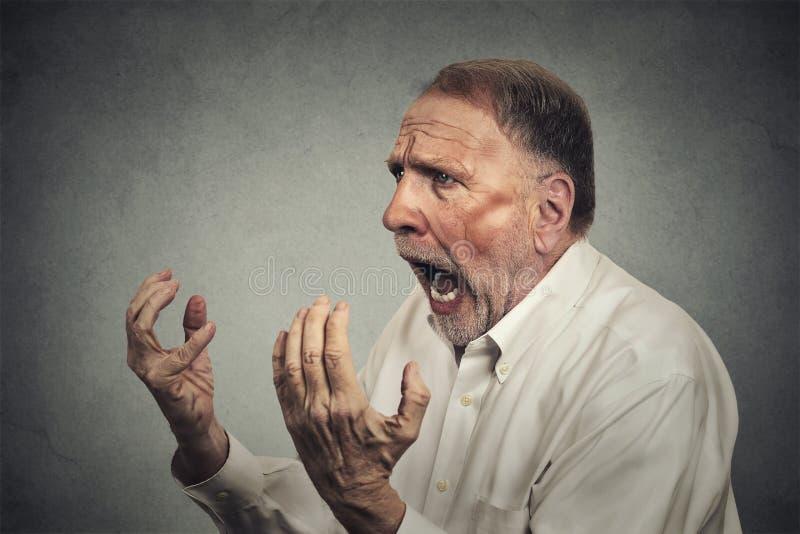 Ritratto laterale di profilo dell'uomo arrabbiato senior fotografia stock libera da diritti
