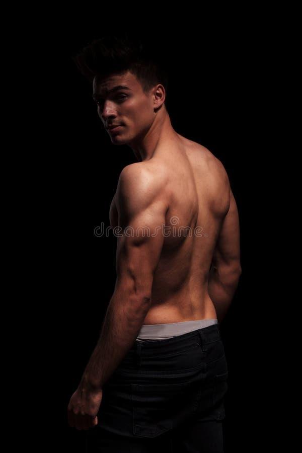 Ritratto laterale sullo stare uomo muscolare immagine stock libera da diritti