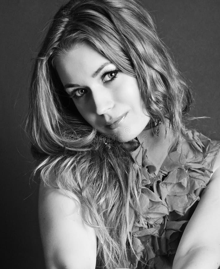 Ritratto luminoso di bella ragazza con capelli lunghi fotografia stock libera da diritti