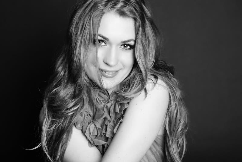 Ritratto luminoso di bella ragazza con capelli lunghi fotografia stock