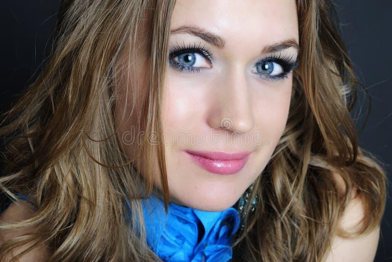 Ritratto luminoso di bella ragazza con capelli lunghi immagine stock