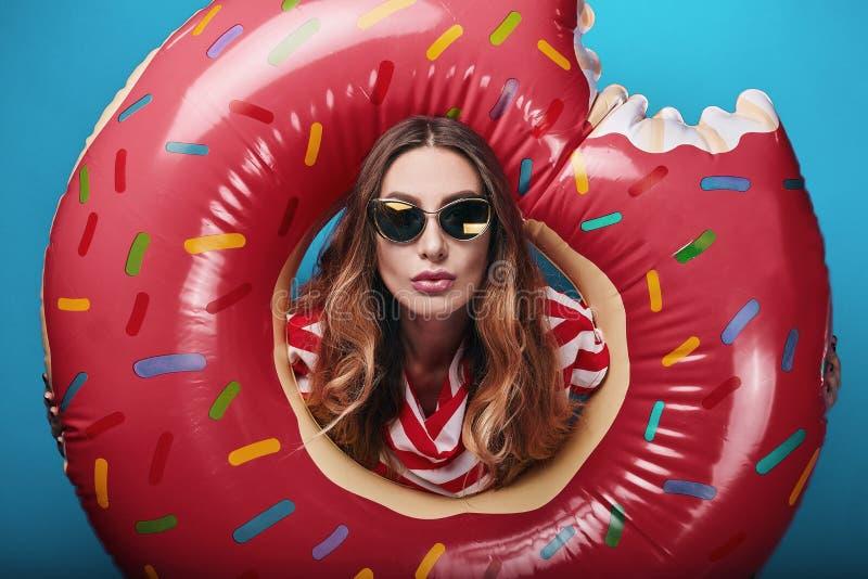 Ritratto luminoso di modo di estate dello studio di bella donna alla moda immagini stock