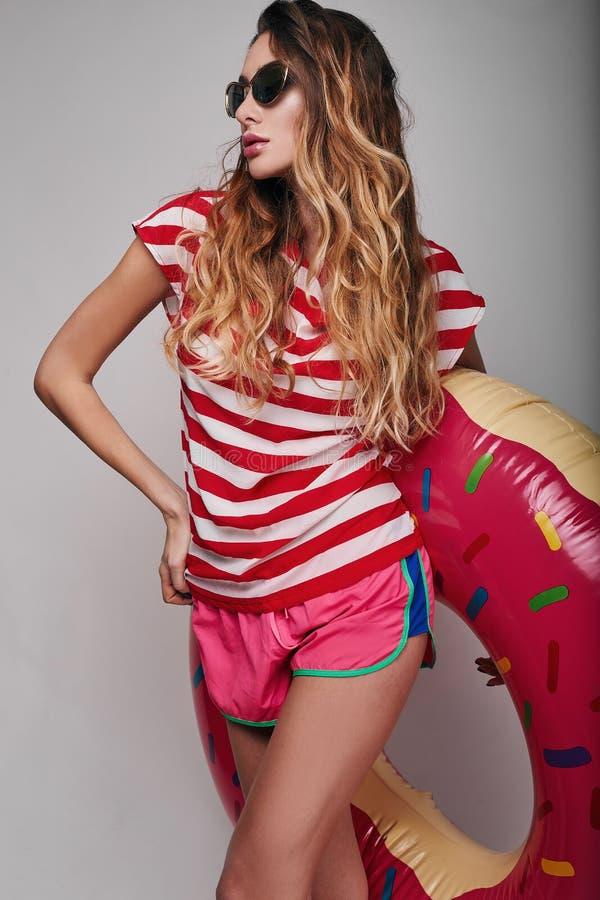 Ritratto luminoso di modo di estate dello studio di bella donna alla moda immagine stock