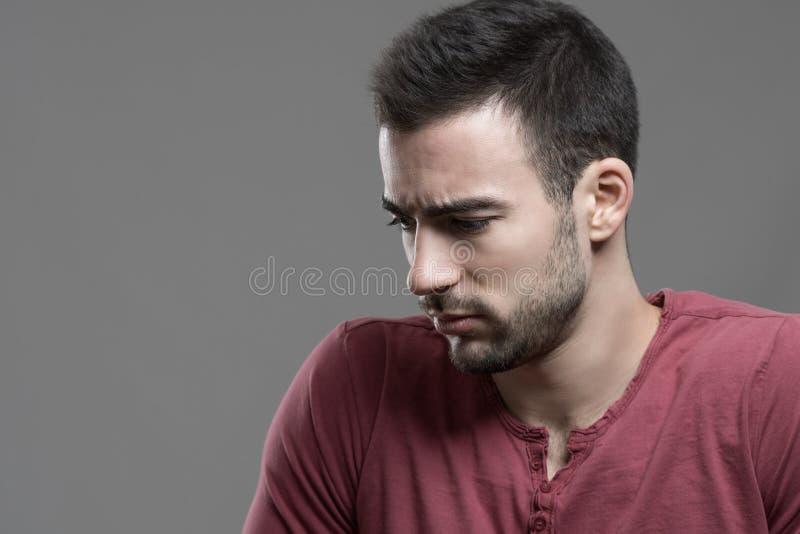 Ritratto lunatico dell'uomo turbato preoccupato con lo sguardo intenso giù fotografie stock