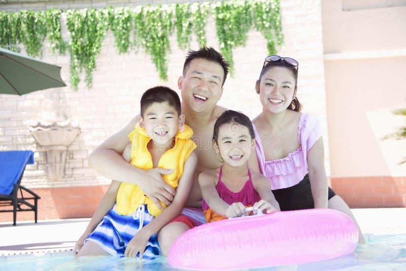 Ritratto, madre, padre, derivato e figlio della famiglia, sorridente dallo stagno fotografie stock libere da diritti