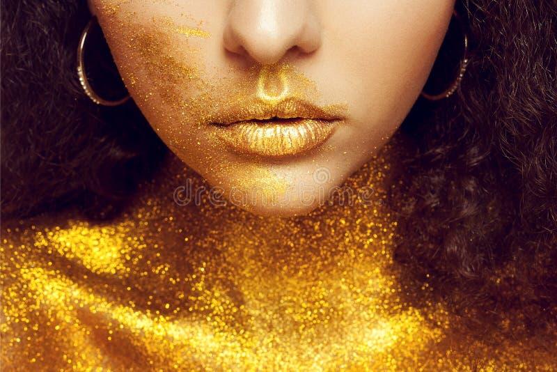 Ritratto magico della ragazza in oro Trucco dorato fotografia stock libera da diritti