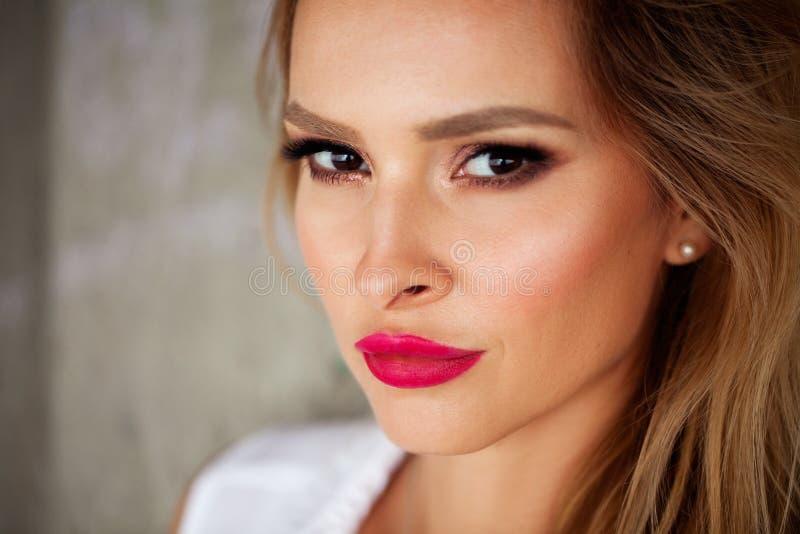Ritratto magnifico di bella giovane donna con il primo piano perfetto delle labbra di rosso e della pelle fotografia stock libera da diritti