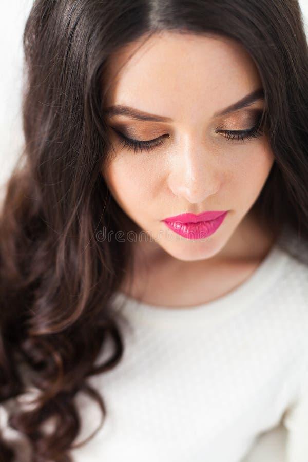 Ritratto magnifico di bella giovane donna con lo sci perfetto fotografia stock libera da diritti
