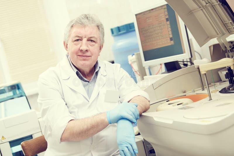 Ritratto maschio senior di medico al laboratorio della clinica immagine stock libera da diritti
