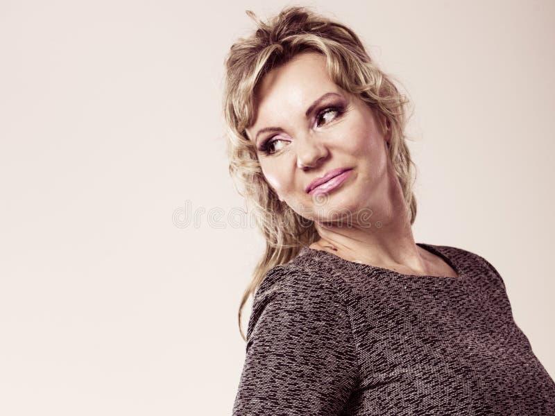 Ritratto maturo attraente della donna immagine stock libera da diritti