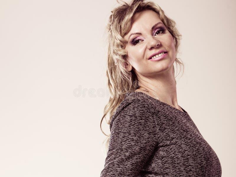 Ritratto maturo attraente della donna fotografie stock libere da diritti