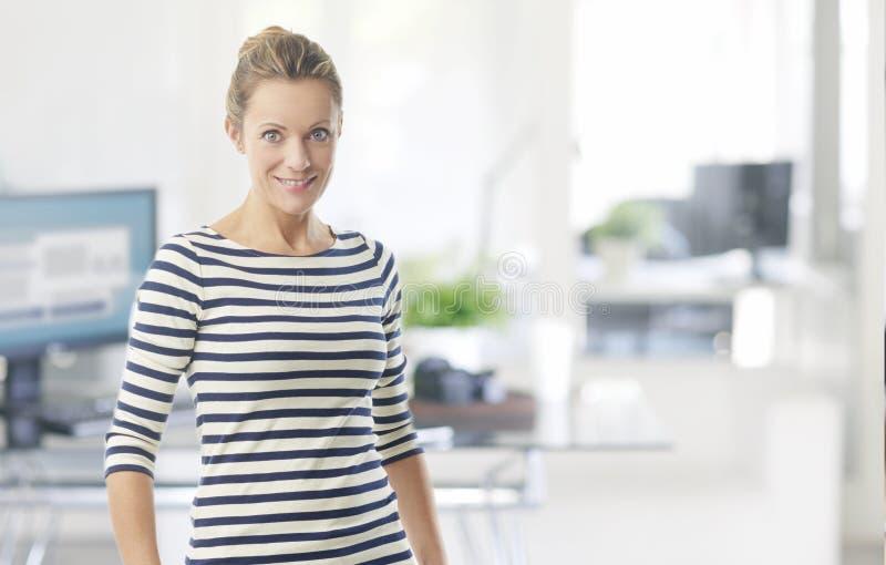 Ritratto maturo della donna di affari fotografia stock libera da diritti