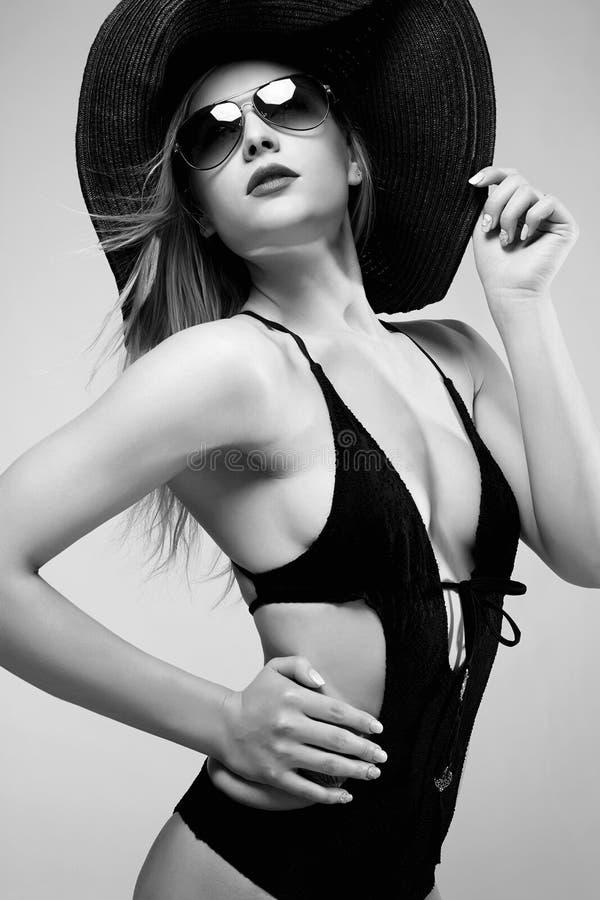Ritratto monocromatico di modo della donna in cappello immagine stock libera da diritti