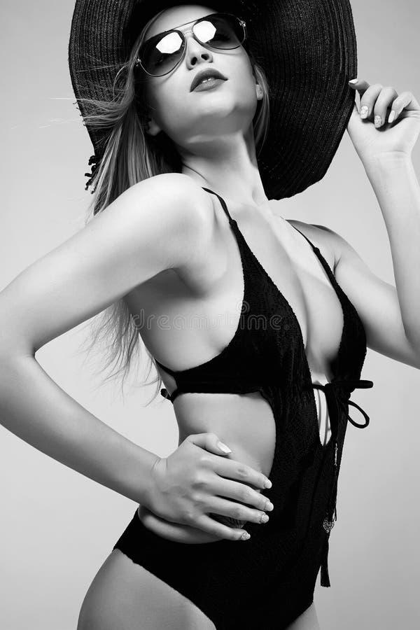Ritratto monocromatico di modo della donna in cappello immagine stock