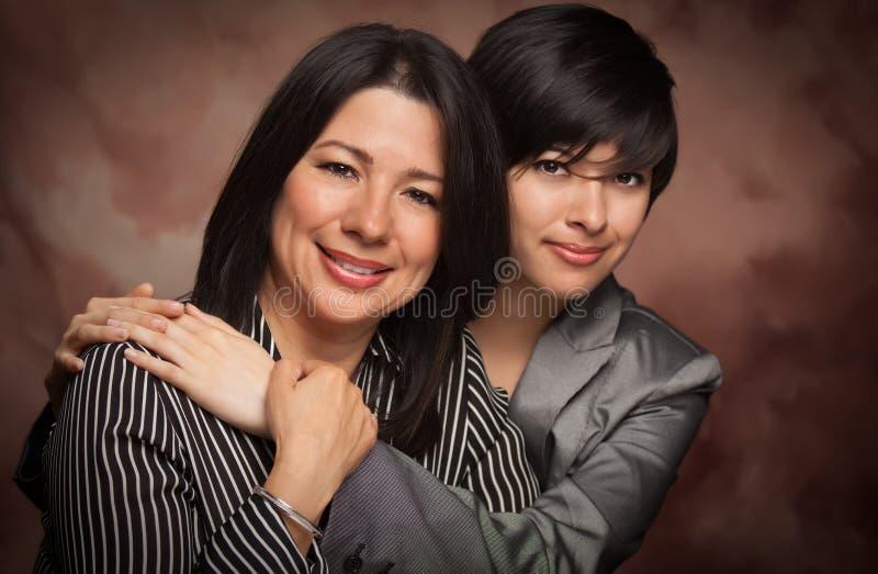 Ritratto multietnico dello studio della figlia e della madre fotografia stock libera da diritti