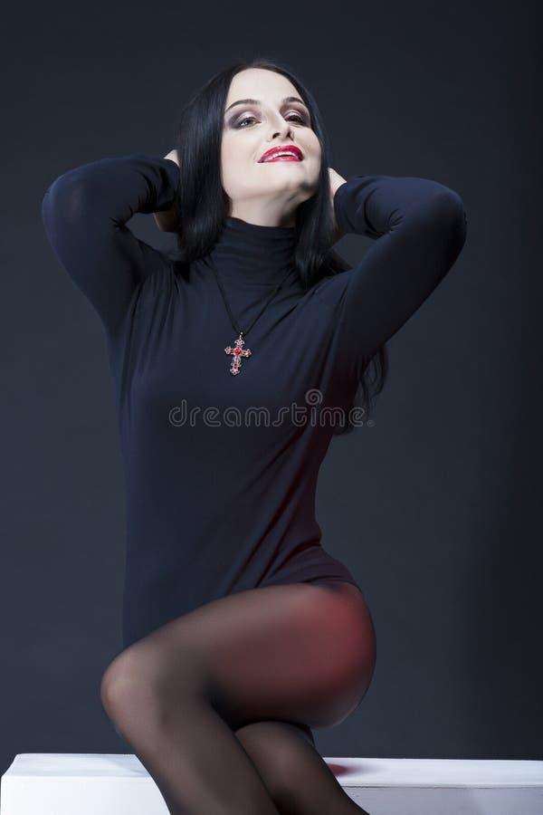 Ritratto naturale dello studio del Wo castana caucasico sensuale sorridente fotografia stock libera da diritti