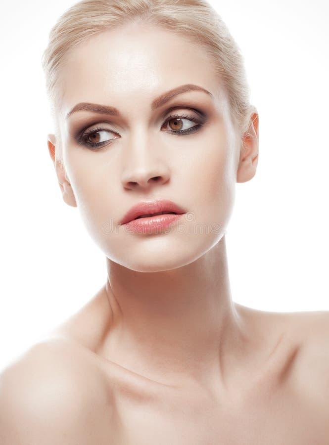 Ritratto naturale di trucco della bella ragazza con affumicato fotografie stock