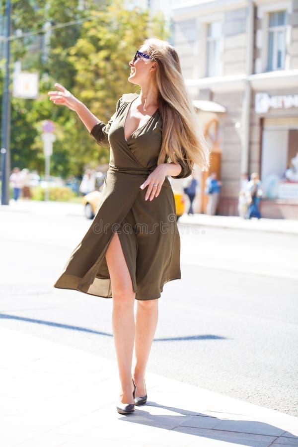 Ritratto nella piena crescita, giovane bella donna bionda immagini stock libere da diritti