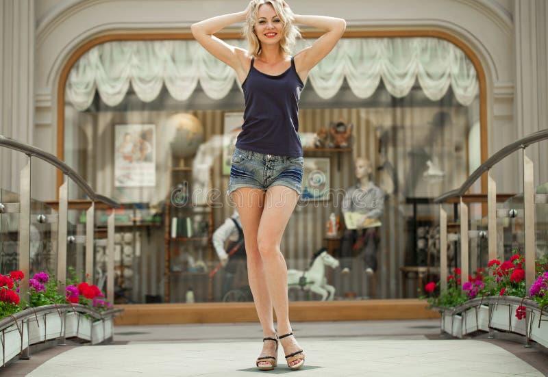 Ritratto nella piena crescita la giovane donna bionda in una giacca blu fotografia stock