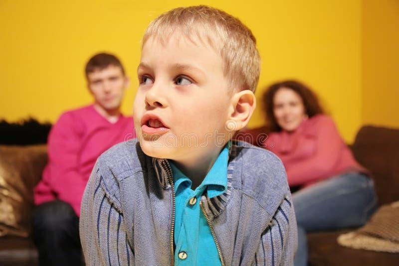 Ritratto nella sala contro priorità bassa dei genitori fotografie stock libere da diritti