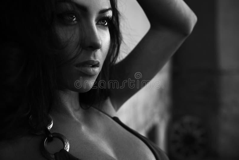 ritratto Nero-bianco di giovane bellezza romantica. fotografia stock libera da diritti