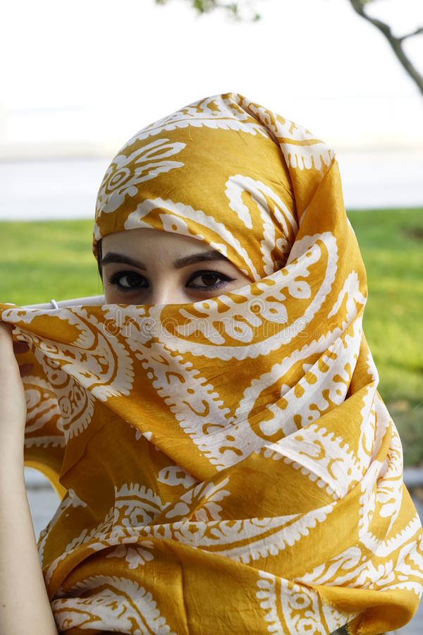 Ritratto orientale della donna di bello modo Ragazza asiatica in un pregare del foulard della viola africana bellezza araba fotografia stock