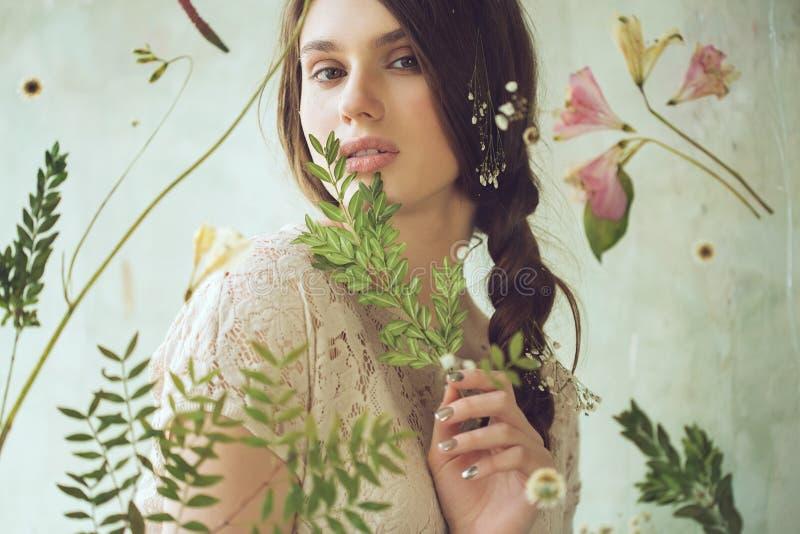 Ritratto orizzontale della donna con la pianta dietro la finestra con la f fotografie stock libere da diritti