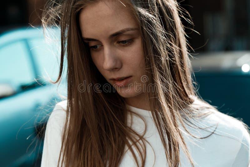 Ritratto orizzontale di giovane donna molto bella con capelli biondi immagini stock