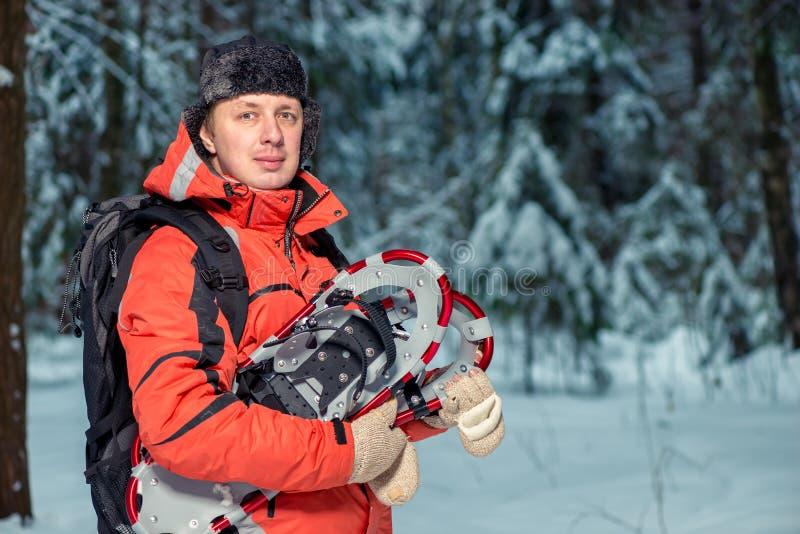 Ritratto orizzontale di un turista maschio con le racchette da neve fotografia stock