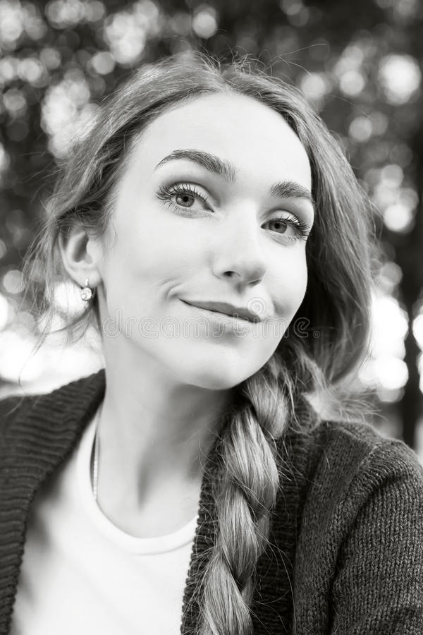 Ritratto perfetto di giovane donna splendida con le sferze e l'ha lunghi immagini stock